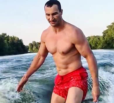 Кличко з голим торсом осідлав хвилю (фото, відео)