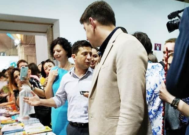 """""""Кобзар"""" та """"Політика для початківців"""": Зеленський відвідав Книжковий арсенал(відео)"""