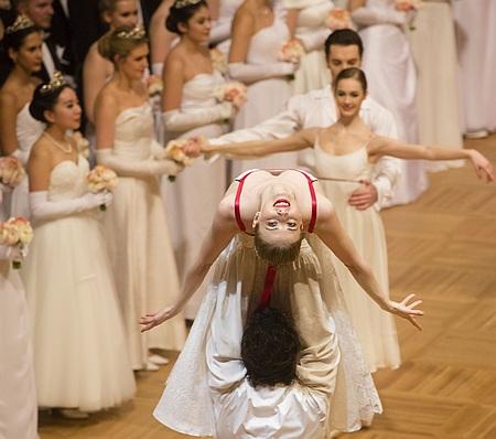 Активістка Femen оголилася перед Порошенком на Віденському балу