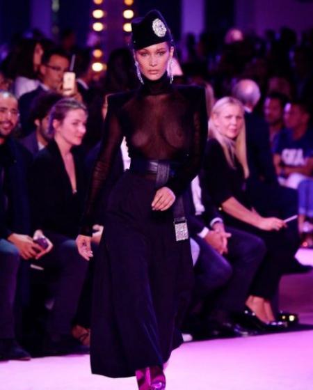 На показі мод з голими грудьми відео фото 96-285